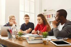 Compagni di classe multietnici che preparano insieme per gli esami Immagini Stock