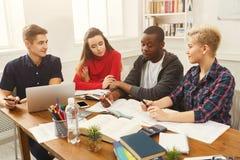 Compagni di classe multietnici che preparano insieme per gli esami Immagine Stock Libera da Diritti