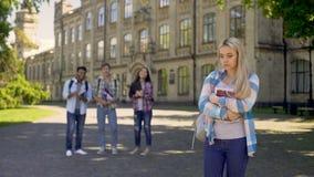 Compagni di classe poco amichevoli che fanno divertimento e che deridono con la ragazza sola triste del nerd, scuola video d archivio