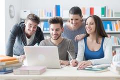 Compagni di scuola che studiano insieme Immagini Stock Libere da Diritti