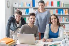 Compagni di scuola che studiano insieme Fotografia Stock