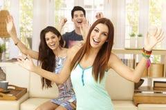 Compagnie heureuse à la maison Photos stock