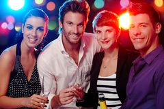 Compagnie heureuse dans la discothèque Photos libres de droits