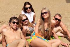 Compagnie sur une plage Images libres de droits