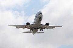 Compagnies aériennes 737 de l'Alaska atterrissant chez LAX Photographie stock