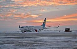 Compagnies aériennes avion, coucher du soleil de l'Ukraine Internaional, Photographie stock libre de droits