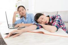 Compagno di classe dell'istituto universitario che studia sonno stanco ritenente Fotografia Stock