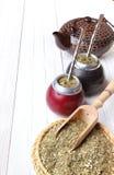 Compagnon chaud en calebasses et ensemble pour son brassage sur une lumière en bois Photo stock