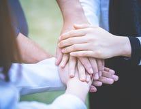 Compagnon d'équipe de travailleur d'amis plaçant la main ensemble pour l'équipe c Photos libres de droits