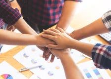 Compagnon d'équipe de travailleur d'amis plaçant la main ensemble pour l'équipe c Photos stock