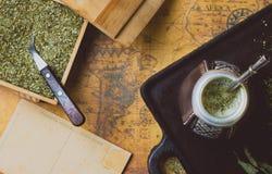 Compagnon d'herbe de Yerba sur la carte antique Vue supérieure Fond de cru Image libre de droits