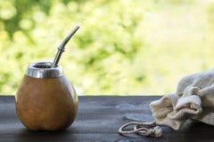Compagnon de Yerba dans le matero de courge avec le sac de toile sur la table en bois Photos libres de droits