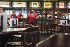 Compagnons appréciant la bière de bar Image libre de droits