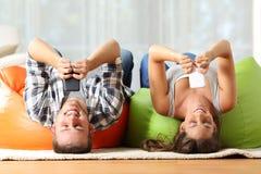 Compagnons de chambre en ligne avec les téléphones intelligents à l'envers Photo libre de droits