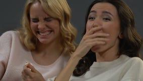 Compagnons de chambre gais trillant avec la comédie de observation de rire et mangeant du maïs éclaté banque de vidéos