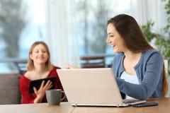 Compagnons de chambre parlant du contenu sur les dispositifs multiples de wifi Images stock