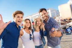 Compagnons prenant un selfie sur la plage Photo stock