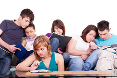 Compan@eros de clase que estudian junto Foto de archivo