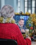 Companheiro agradável na festa de Natal em linha fotografia de stock