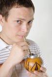 Companheiro bebendo do homem Fotografia de Stock Royalty Free