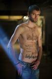 Companheiro novo nos tattooings Imagens de Stock Royalty Free