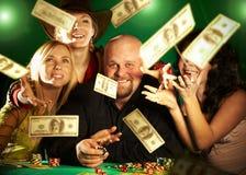 Companhia alegre dos amigos. prêmio do dinheiro. Fotos de Stock Royalty Free