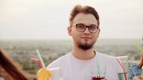 Companhia alegre e barulhenta dançando no Rooftop e bebendo coquetéis cocktail urbano de Verão vídeos de arquivo