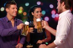 Companhia feliz no clube nocturno Foto de Stock Royalty Free