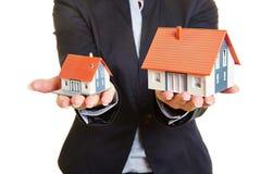 Comparação de casas dos bens imobiliários fotografia de stock royalty free