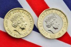 Comparación de las monedas de libra británica viejas y nuevas pistas Foto de archivo