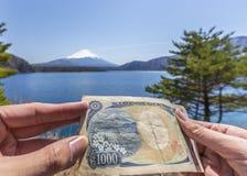 Comparación del japonés billete de banco de 1000 yenes y opinión de Mt.fuji en el lago Motosu Fotografía de archivo
