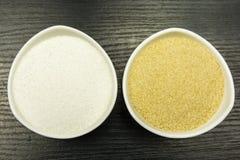 Comparaison de blanc et de sucre de canne Vue de ci-avant Photos libres de droits