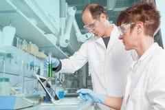 Comparaison liquide chimique photographie stock libre de droits