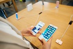 Comparando el iPhone 7 y el iPhone 7 más Fotografía de archivo