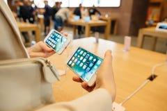 Comparando el iPhone 7 y el iPhone 7 más Imagen de archivo
