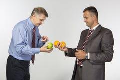 Comparando maçãs às laranjas fotos de stock royalty free