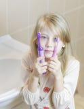 Compare los cepillos de dientes eléctricos y fáciles fotografía de archivo libre de regalías