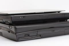 Comparer des ordinateurs portables, les nouveaux ordinateurs portables, le présent et la PA modernes et vieux images libres de droits