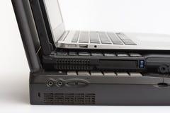 Comparer des ordinateurs portables, des nouveaux ordinateurs portables modernes et deux vieux images libres de droits