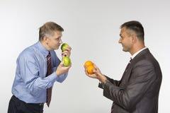 Comparer des pommes aux oranges Photo stock