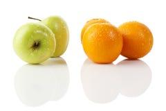 Comparer des pommes et des oranges Photographie stock libre de droits