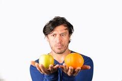 Comparer des pommes et des oranges photos stock