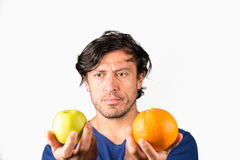 Comparer des pommes et des oranges images stock