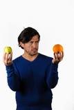 Comparer des pommes et des oranges photo stock