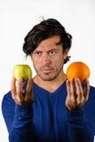 Comparer des pommes et des oranges photos libres de droits