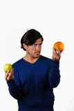 Comparer des pommes et des oranges image stock