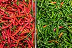 Comparez la couleur aux piments rouges et aux piments verts photos stock