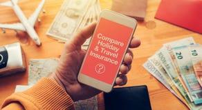 Comparez les vacances et l'assurance de voyage photographie stock libre de droits