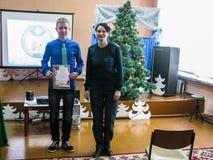 Comparta el ministerio de las emergencias del ` seguro del Año Nuevo del ` de Bielorrusia a la una de las escuelas de la región d Fotografía de archivo libre de regalías