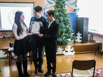 Comparta el ministerio de las emergencias del ` seguro del Año Nuevo del ` de Bielorrusia a la una de las escuelas de la región d Foto de archivo libre de regalías